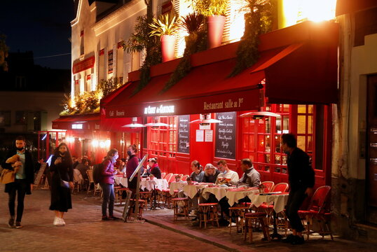 """Customers are seen outside """"Au Cadet de Gascogne"""" restaurant in Montmartre few minutes before the nightly curfew due to restrictions against the spread of the coronavirus disease (COVID-19) in Paris"""