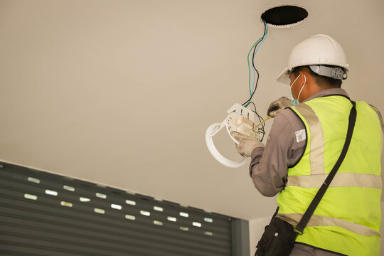 Electricians are replacing electrical equipment with full determination and determination to succeed.