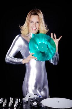 Weiblicher Discjockey mit grüner Schallplatte