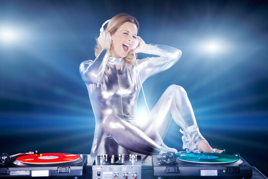 DJ in der Discothek zeigt sich voller Emotionen