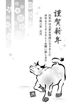 2021年 白黒年賀状 丑年 上を見上げて歩く牛と和柄 賀詞、挨拶文入り 縦書き