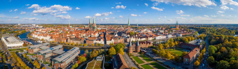 Bunte Bäume um die Stadt Lübeck