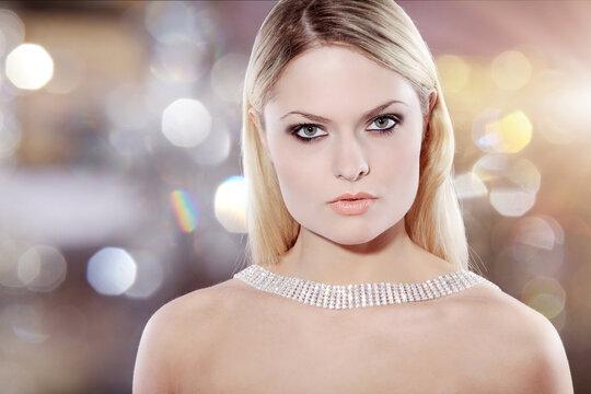 Anmutend blickende hübsche junge blonde Frau