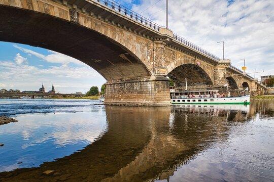 Dresden - Albertbrücke mit Schaufelraddampfer