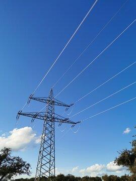 Hochspannungsleitung vor blauem Himmel