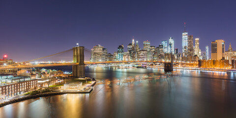 USA, New York, New York City, Brooklyn Bridge and Lower Manhattan skyline illuminated at night Fotomurales