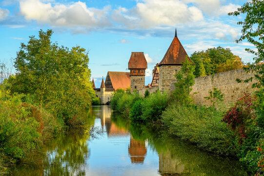 Stadtmauer und Wassergraben der Stadt Dinkelsbühl im Herbst.