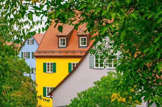 Bunte modernisierte Hausfassaden mit Fenstern zwischen in Dinkesbühl.