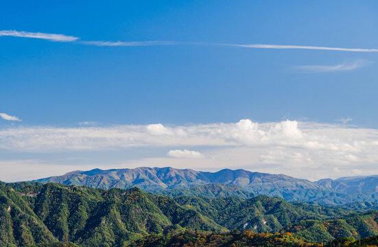 大峰高原から見える山並みと青空