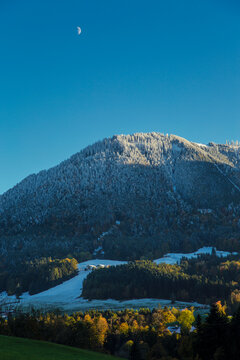 Winterliche Landschaft mit schneebedeckten Bergen und Mond