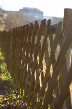 Langer Gartenzaun aus Holz mit selektiver Schärfe