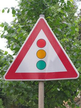 Europäisches Verkehrsschild das vor einer kommenden Ampel warnt