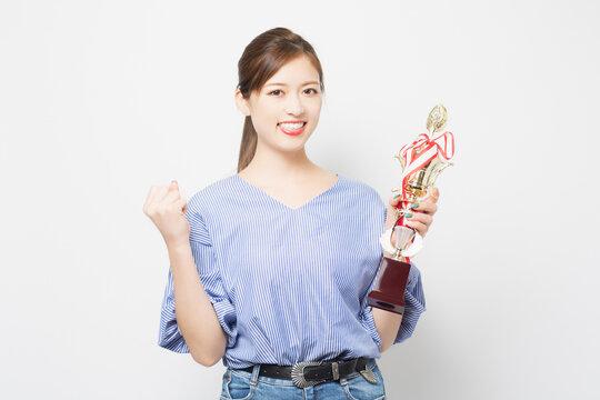 トロフィーを持つ若い女性
