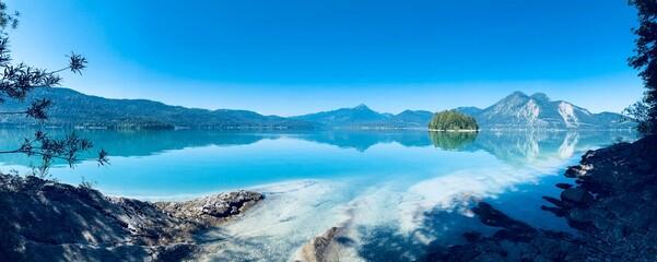 Der türkisblaue Walchensee und die Insel Sassau im morgendlichen Licht als Panorama mit...