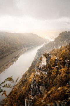 Ausblick über die Sächsische Schweiz auf den Fluss Elbe im Herbst im Elbsandsteingebirges in Sachsen
