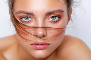 Obraz Beauty portrait of young caucasian model with natural make-up. Fashion shiny highlighter on skin, gloss lips make-up. wet makeup. close-up.   - fototapety do salonu
