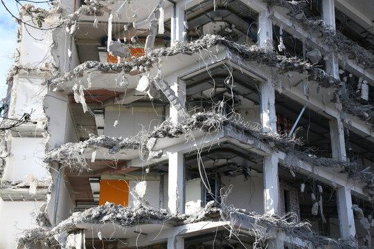 Ein Hochhaus wird abgerissen und der Bauschutt durch Fachfirmern wiederverwertet.