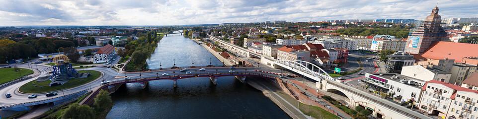 Panoramiczny widok z lotu ptaka na Most Staromiejski w centrum miasta Gorzów Wielkopolski