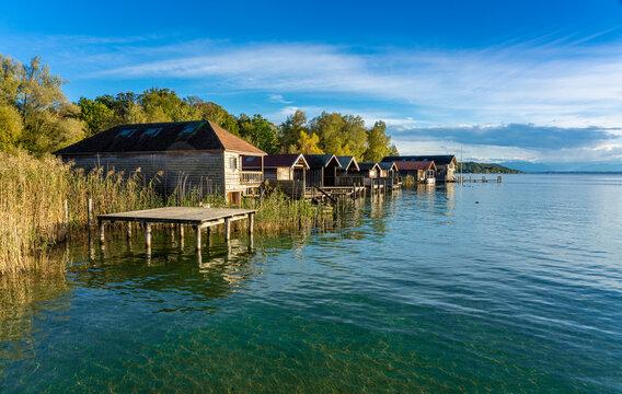 Schöne Abendstimmung am Starnberger See in Kempfenhausen / Percha mit hölzernen Bootshütten