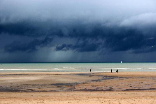 Gewitterfront an der Nordseeküste bei De Haan, Belgien