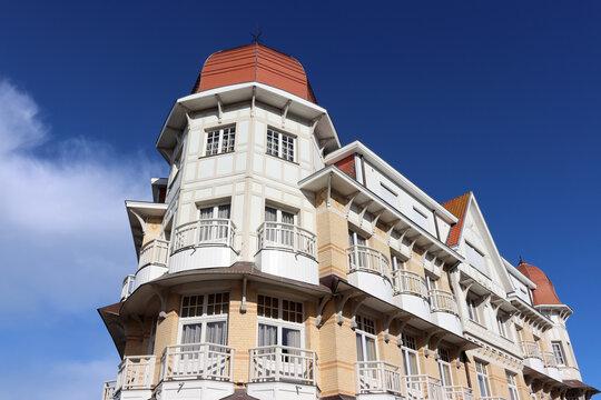 De Haan, Belgien: Fassade eines historischen Hotelgebäudes
