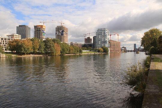 Boomtown Berlin 2020; Blick vom Kreuzberger Spreeufer hinüber nach Friedrichshain