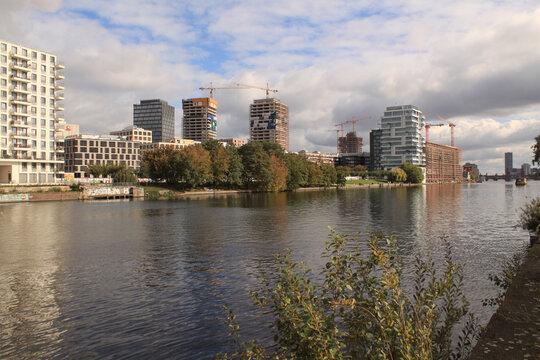 Boomtown Berlin 2020; Blick vom Kreuzberger Spreeufer nach Friedrichshain