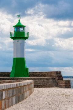 Leuchtturm an der Hafeneinfahrt von Sassnitz auf Rügen.