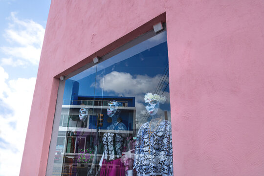 Shop window puppets dressed as Catrinas as decoration for day of the dead, Merida, Yucatan, Mexico