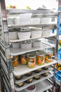 Küche Mise en place im Stapelwagen