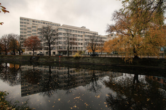 Herbst in Berlin; Blick über den Landwehrkanal zum Shell-Haus