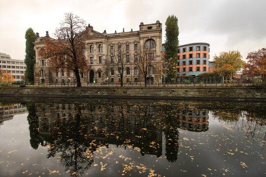 Herbst in Berlin; Landwehrkanal am historischen Reichsversicherungsamt