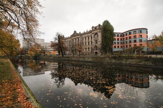 Herbst in Berlin; Landwehrkanal am Reichsversicherungsamt