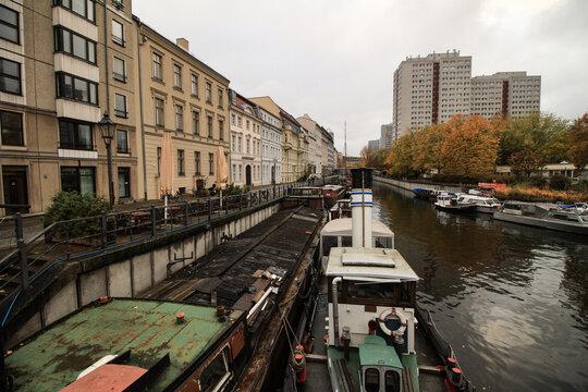 Berliner Brüche im Herzen der Stadt; Märkisches Ufer mit Museumshafen und Hochhäuser der Fischerinsel gegenüber