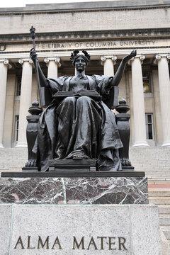 Die berühmte, historische Statue Alma Mater steht vor den Treppen der Columbia Universität in New York. Manhattan, 1. Dezember 2020