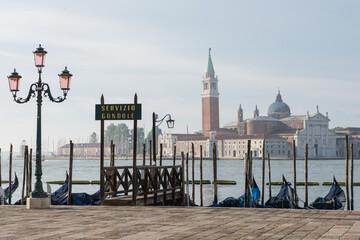 veduta di Venezia deserta, davanti a Piazza San Marco, punto di imbarco per le gondole vuoto.