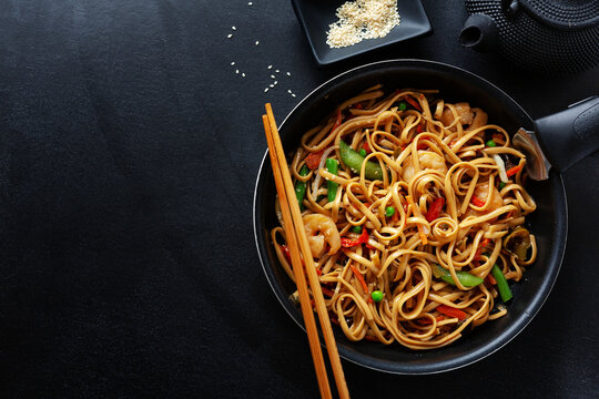 Asian noodles with shrimps and vegetables
