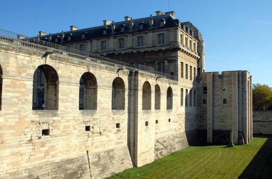 Château de Vincennes, vers la Tour du Bois et le Pavillon de la Reine, ville de Vincennes, département du Val de Marne, France
