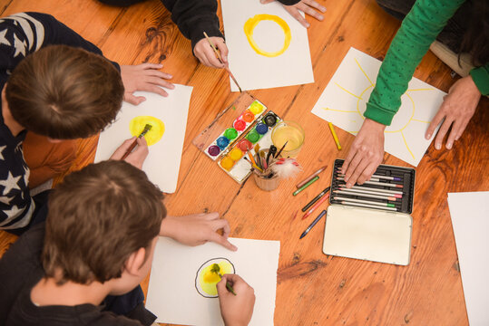 Children's group art therapy is a free activity