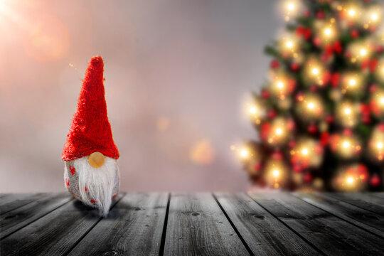 Kleiner Weihnachtsmann mit WEihanchtsbaum