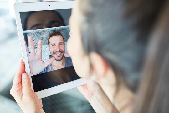 Paar in Fernbeziehung bei Kommunikation via Videochat