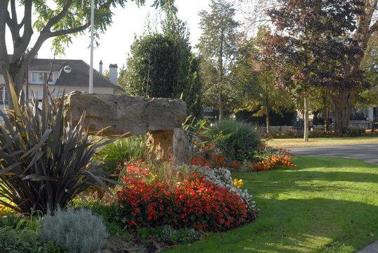 Ville de Villiers-sur-Marne, jardin public fleuri et ombragé, département du Val-de-Marne, France