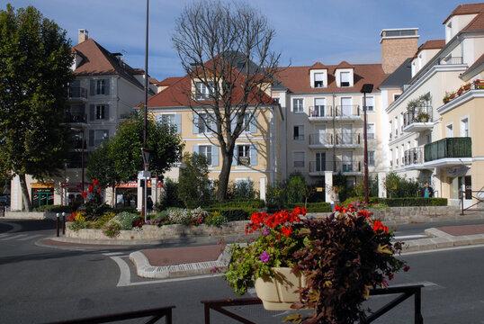 Ville de Villiers-sur-Marne, habitat fleuri en centre ville, département du Val-de-Marne, France