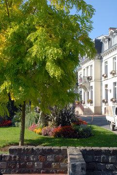 Ville de Villiers-sur-Marne, espace fleuri du centre ville et muret en pierre, département du Val-de-Marne, France