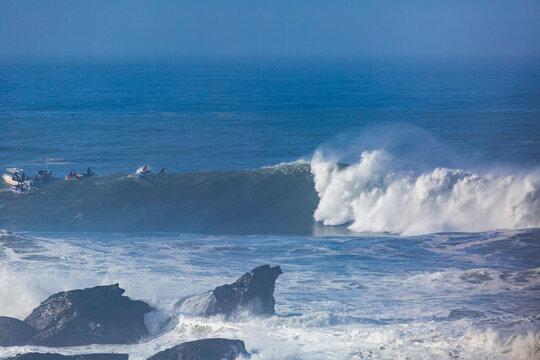 Big Waves Breaks at Mavericks surf spot