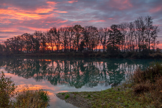 Morgendämmerung an einem kleinen See in Bayern