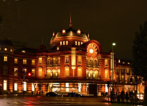夜ライトアップの東京駅