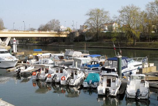 Ville de Nogent-sur-Marne, le port de plaisance (capacité de 170 anneaux), département du Val de Marne, France