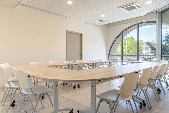 Salle de réunion avec grande baie vitrée en demi-cercle