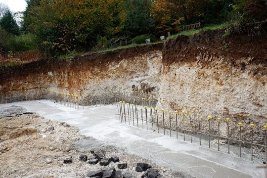 Concrete retaining wall footing reinforced with steel rebar